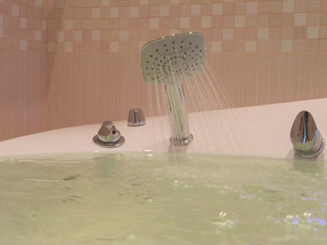 Ванна с гидромассажем и душем