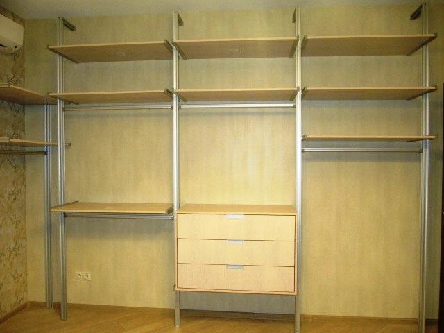 Открытая гардеробная система на фото