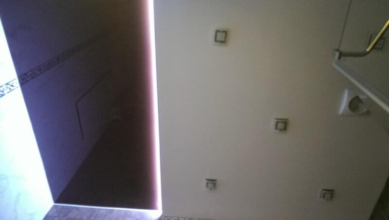 Цветной натяжной потолок с неоновой подсветкой