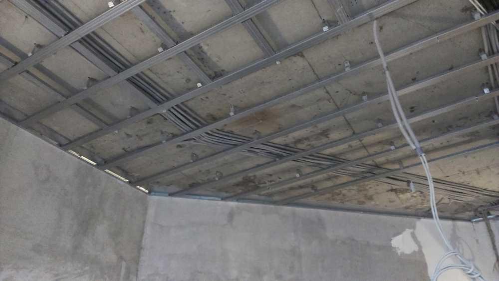 Сборка каркаса потолка по технологии Кнауф на одноуровневом металлическом каркасе
