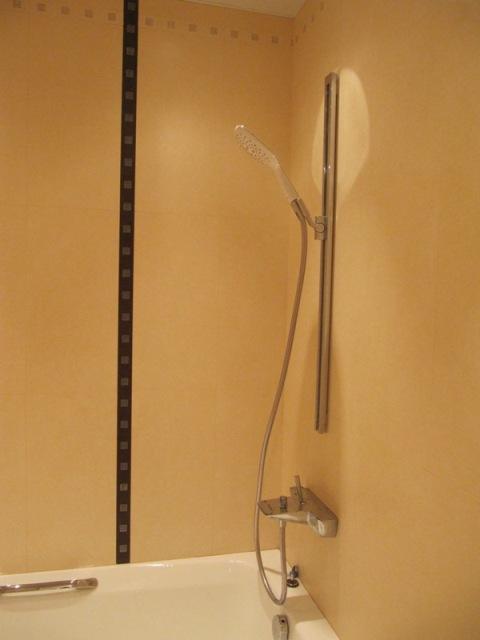 Ремонт ванной 1,80Х1,80, использованы бежевые тона.