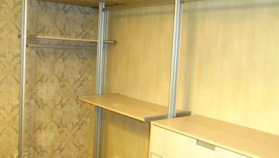 Угловая открытая гардеробная система на фото