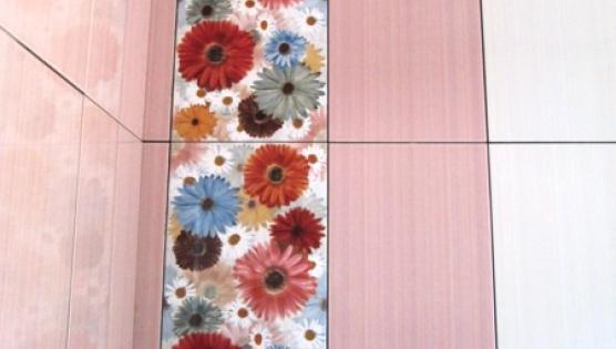 Укладка плитки со вставкой декора
