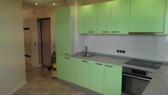 Зелено салатового цвета кухня