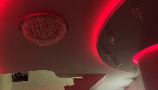 Многоуровневая подсветка фигурного потолка
