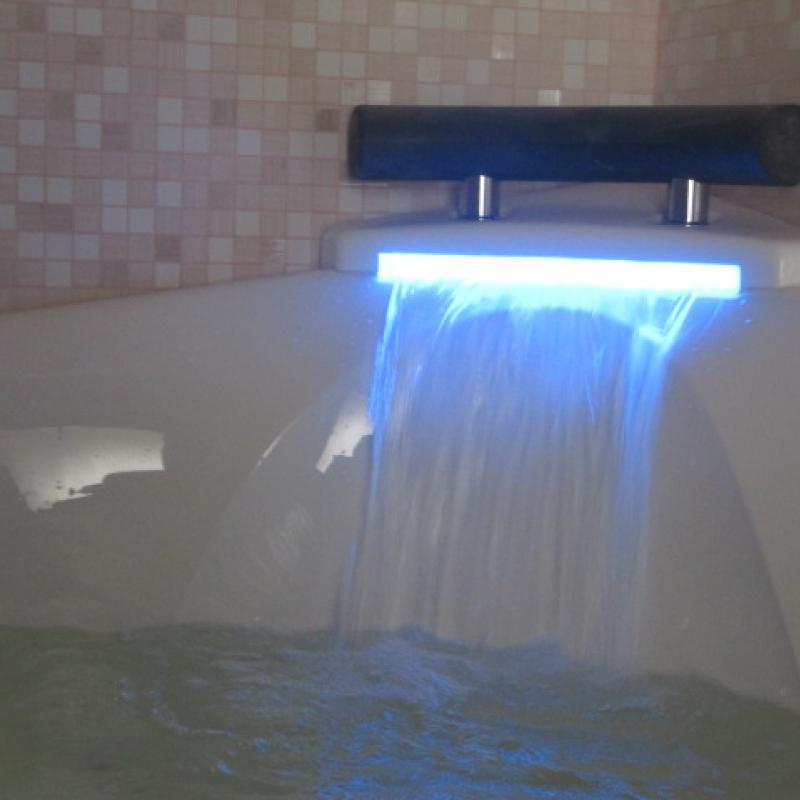 Ванна с гидромассажем и наполнение водопадом
