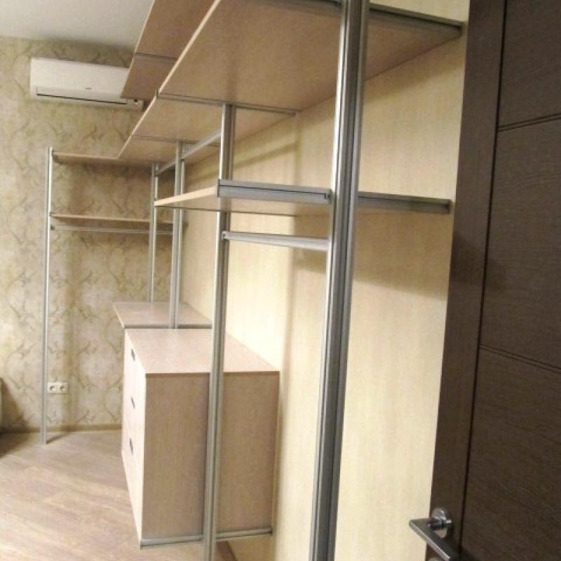 Открытая гардеробная для жилых комнат
