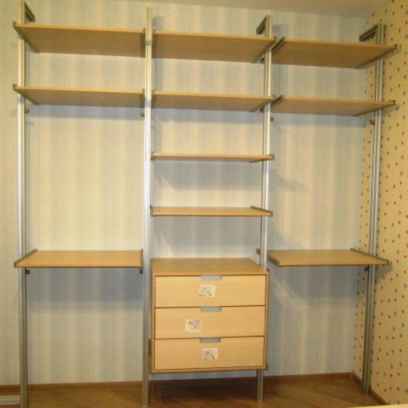 Угловая открытая гардеробная на открытых стойках
