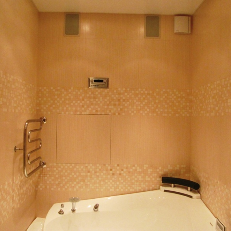 Ванная комната выполнена в светлых розовых тонах