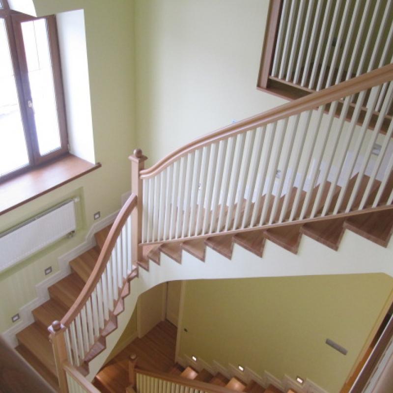 Красивая лестница из натурального дерева