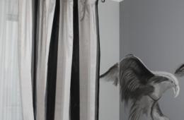 белые занавески в комнате