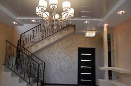 Коридор с лестницей на второй этаж