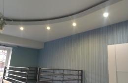 Фигурный потолок полукруг с нишей под неоновую ленту