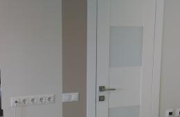 Разделение зон гостиной и коридора с помощью декорирования стен
