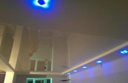 Натяжной потолок в гостиной