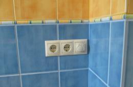 Сочетание голубой плитки с бежевой