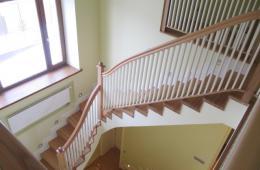 Междуэтажная лестница из натурального дерева