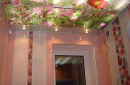 Стеклянный потолок с узорами цветов для су и подсветка за ним