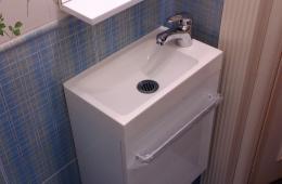Маленький установленный мойдодыр в туалете