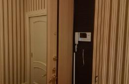 Коридор с белой дверью