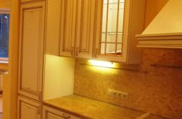 Подсветка шкафов внутри кухни