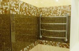 Отделка стен керамогранитом под мрамор с использованием мозайки из гранита