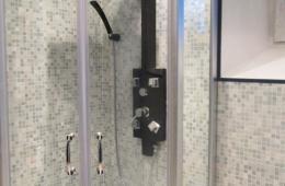 Классический душ отделан мозайкой цокольный этаж