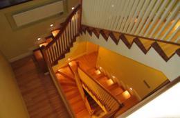 Подсветка лестницы из натурального дерева