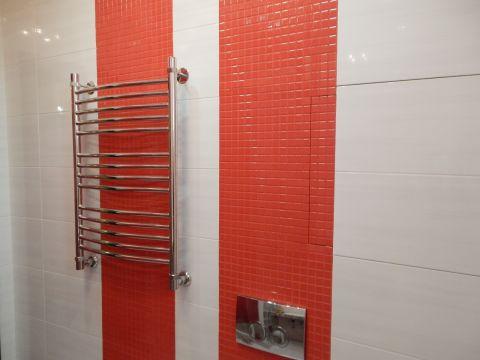 Две красные линии разделюят где можно посидетьт, а где можно и отдохнуть после крепкого застолья
