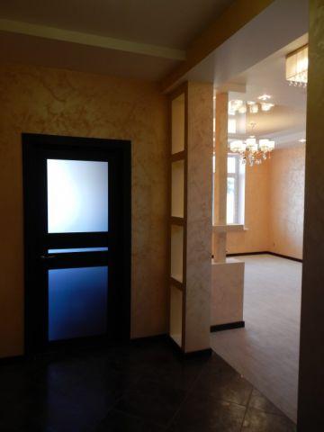 Декоративный элемент из пеноблоков, как разделение зон коридора и гостиной