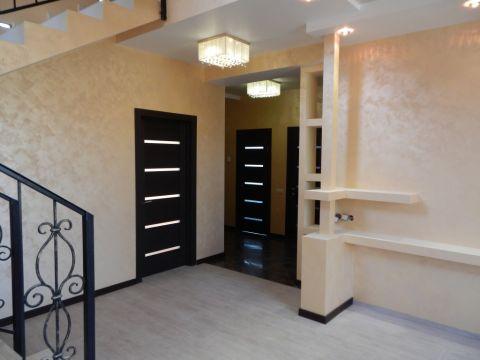 Декоративная окраска стен в гостиной, декоративные полки из пеноблоков