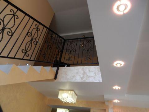 Лестница на второй этаж в эютном доме
