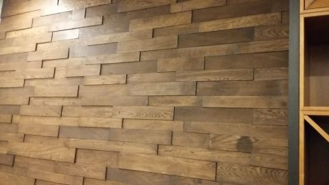 Отделка стены дубовым массивом в офисе