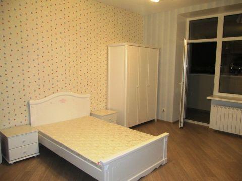 Детская комната девочки с белой мебелью