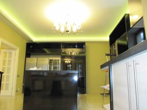 Неоновые лампы по периметру потолка кузни за карнизом