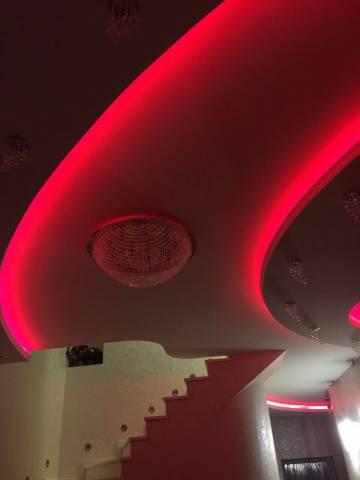 Дизайнерский потолок полукруглой формы с подсветкой