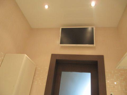 Телевизор над дверью в ванной