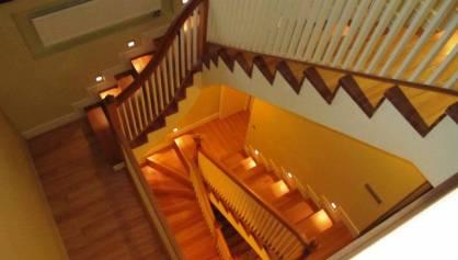 Красивая подсветка лестницы точечными светильниками