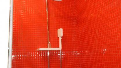 Красный душ концентрирует на себе основное внимание