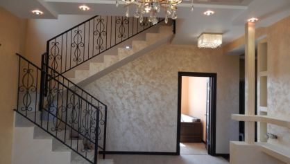 Отделка лестницы плиткой идекоративной краскоой