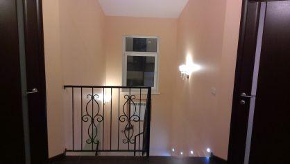 Лестница подсвечена, можно не включать общий свет если вдруг нужно спуститься вниз