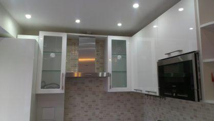 Зона кухни с точечной подсветкой