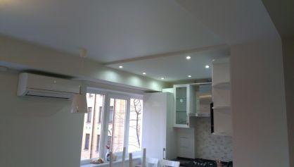 Разделение зоны кухни и гостиной потолком и освещением