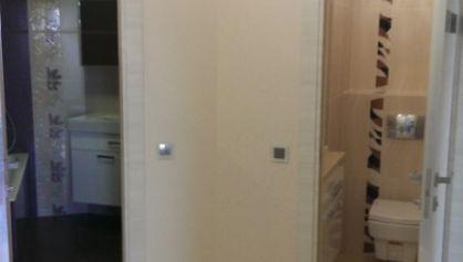 Большой коридор уложен плиткой под мрамор