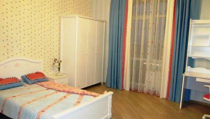 Спальня для девочки в светлых тонах