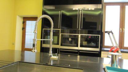 На кухне в загородном доме использована подсветка в нише из ГКЛ