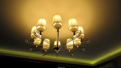 Освещение люстра и неоновые лампы- сочетание