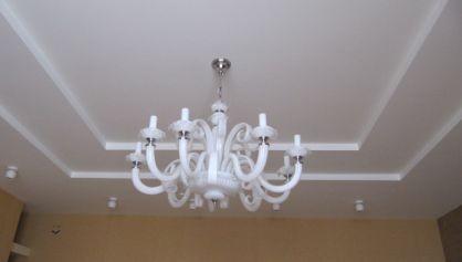 Классический потолок с классической люстрой из стекла