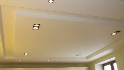 Фигурный потолок ромб со точечными светильниками направленного света