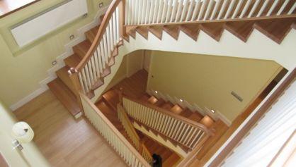 Обрамление лестницы ступенями из дерева вишня, дуб